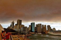 Khói và tro từ vùng rừng cháy bao  phủ đường chân trời thành phố Sydney vào ngày 17 tháng 10 năm 2013. AFP
