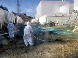 Các đơn vị đặc biệt tiếp tục phun loại nhựa chống phóng xạ lây lan quanh khu vực Tepco của nhà máy điện hạt nhân Fukushima hồi tháng 04/2011. AFP PHOTO.