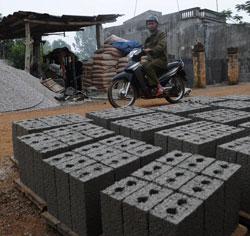 Sản xuất gạch xi-măng ở Thanh Hóa hôm 08/01/2013. AFP PHOTO.