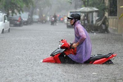 """Khi các cơn mưa lớn kéo dài thì đường phố Hà Nội biến thành """"sông"""" (Người đưa tin)"""