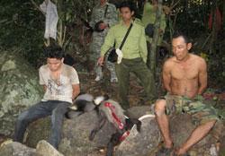 Kiểm lâm Vườn quốc gia Núi Chúa trong một lần bắt được những người săn trộm thú rừng. Photo courtesy of Vườn quốc gia Núi Chúa.