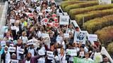 """Các thành viên của các tổ chức NGO nhân ngày Hội nghị biến đổi khí hậu của Liên Hợp Quốc COP 19 họp tại Warsaw vào ngày 21 Tháng 11 năm 2013. Họ phản đối việc """"đi đúng hướng nhưng chẳng thay đổi gì '"""