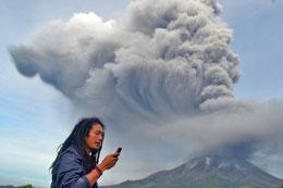 Khói nóng tiếp tục phun ra từ núi lửa Sinabung, ở huyện Karo ở phía bắc của đảo Sumatra của Indonesia ngày 18, tháng 11, 2013. AFP