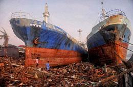 Cơn bão lịch sử Haiyan với sức gió trên 300 cs/giờ đánh dạt chiếc tàu hàng trăm tấn lên bờ tại Tacloban, hòn đảo phía đông của Leyte, Philippines ngày 11 Tháng 11 năm 2013. AFP