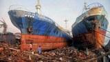 Cơn bão Haiyan với sức gió trên 300 cs/giờ đánh dạt chiếc tàu hàng trăm tấn lên bờ tại Tacloban, hòn đảo phía đông của Leyte, Philippines ngày 11 Tháng 11 năm 2013