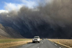 Khói và tro trong một vụ phun trào núi lửa vào ngày 17 Tháng 04 năm 2010 tại Iceland. AFP PHOTO / HALLDOR KOLBEINS.