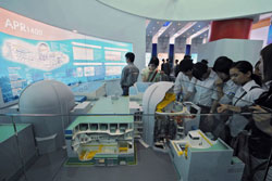 Các em học sinh trung học tham quan mô hình nhà máy điện hạt nhân ở cuộc triển lãm điện hạt nhân quốc tế được tổ chức tại Hà Nội ngày 15 tháng 5 năm 2008. AFP PHOTO / HOANG DINH Nam.