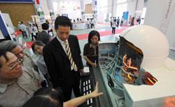 Mô hình nhà máy điện hạt nhân ở cuộc triển lãm điện hạt nhân quốc tế được tổ chức tại Hà Nội ngày 15 tháng 5 năm 2008. AFP PHOTO / HOANG DINH Nam.