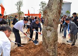 Các đại biểu, các lãnh đạo tham gia trồng cây tại Khu trung tâm hành chính huyện Mê Linh.(Melinh.hanoi.gov)Nhổ một cây cổ thụ nơi này để 'trồng' ở nơi khác, có được coi là trồng cây không? (Blog Quê Choa)