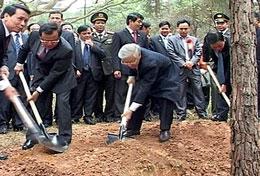 """Tổng Bí thư Nguyễn Phú Trọng dự """"Tết trồng cây"""" trên đồi Đồng Váng. (Binh Duong TV online)"""