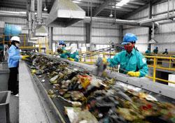 Phân loại rác tại Dự án xử lý rác thải nylon thành dầu đốt ở khu vực bãi rác Khánh Sơn, thành phố Đà Nẵng, ảnh chụp tháng 4 năm 2013. Courtesy hcmuaf.edu.vn