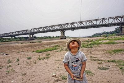 Cầu Chương Dương trên Sông Hồng sau trận hạn hán năm 2007.