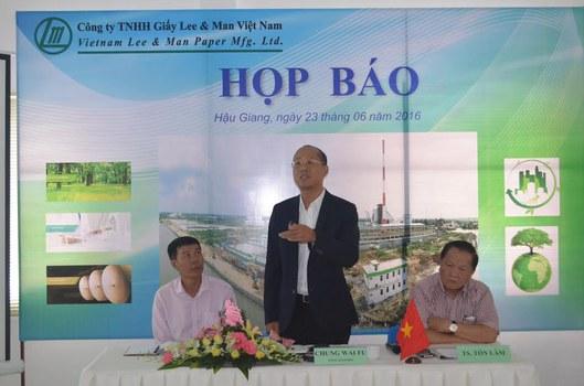 Ông Tụng Vi Phú – Tổng Giám đốc Công ty TNHH Giấy Lee – Man Việt Nam thuyết trình về hệ thống xử lý nước thải của công ty tại buổi họp báo.