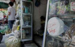 Một tấm gốm mài sừng tê giác được bày bán tại một cửa hàng y học cổ truyền ở phố Lãn Ông, Hà Nội hôm 24/4/2012. AFP photo