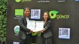Ông Hồ Văn Đông, đại diện công ty Control Union, trao chứng nhận trang trại đạt tiêu chuẩn hữu cơ cho đại diện Organica -