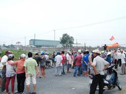 Người dân phản đối ô nhiễm Nhà máy thép Việt Pháp ở xã Điện Nam Đông, H.Điện Bàn, tỉnh Quảng Nam, hôm 10-10-2012. Courtesy quangnam.gov