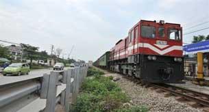 Xe lửa đang hướng về trung tâm của Hà Nội trên đường sắt Bắc-Nam hôm 20/04/2010. AFP