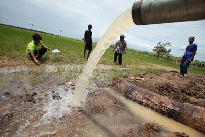 Bơm nước cho một cánh đồng khô hạn. AFP photo