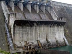 Nước rò rỉ tại đập thủy điện Sông Tranh 2, Quảng Nam hôm 19-03-2012. Photo courtesy of vov.