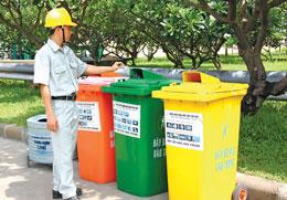 Các loại rác được phân loại tại đầu nguồn thành bốn loại khác nhau: rác giấy, rác nhựa, rác kim loại và rác khác.  SGTT