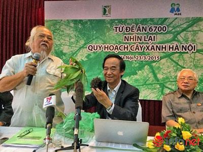 Nguyễn Tiến Hiệp (bên trái) và GS Nguyễn Lân Dũng (ở giữa) đều cho rằng, trồng vàng tâm hay cây mỡ ở Hà Nội đều không thích hợp. Blog phamvietdao