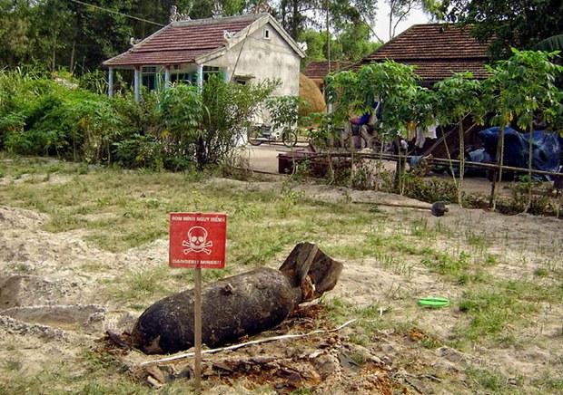 Một quả bom thời chiến tranh Việt Nam mới được khai quật nằm trên mặt đất gần nhà ở tại trung tâm tỉnh Quảng Trị (2006)