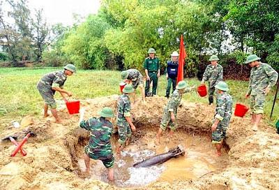 Ngay sát khu dân cư phường Hòa Quý quận Ngũ Hành Sơn (Đà Nẵng) lực lượng Trung tâm dò phá bom mìn 20 thuộc Tổng công ty 36 phát hiện một quả bom ở độ sâu khoảng 1m (khampha.vn)