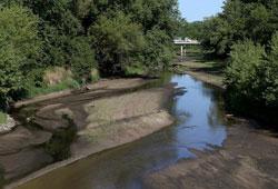 Một dòng sông gần Bondurant, Iowa với mực nước xuống rất thấp vào ngày 7 tháng 8 năm 2012. AFP photo