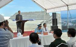 Giám Đốc Cơ Quan Viện trợ phát triển Quốc Tế Hoa Kỳ (USAID) Joakim Parker phát biểu với báo giới về tiến độ Dự án Xử lý Môi trường tại Sân bay Đà Nẵng nhân chuyến đến VN hồi năm 2013. Courtesy vietnam.usembassy.gov