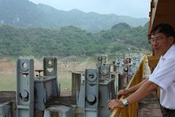 Phó giám đốc Nhà máy Thủy điện Hòa Bình Nguyễn Khắc Thục đang nhìn xuống hồ chứa của đập ở phía Bắc thành phố Hòa Bình hôm 26/5/2010. AFP photo