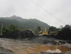 Nước thải rửa quặng được xả thẳng ra suối dẫn vào Hồ Ba Bể. Photo courtesy of vfej