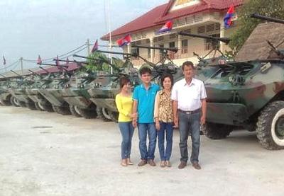 Gia đình ông Trần Quốc Hải bên cạnh những chiếc xe của hai cha con ông sửa chữa và chế tạo (Photo: Ngoc Hau/kenh 13)