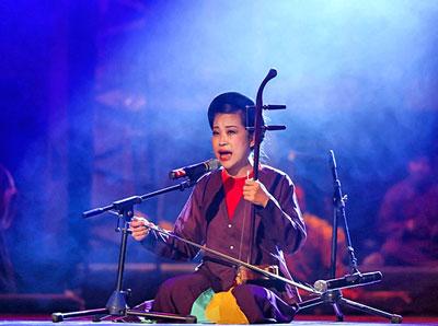 Nghệ sĩ Mai Tuyết Hoa sử dụng cây đàn cò trong tiết mục hát xẩm Hà Nội