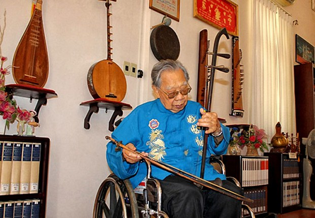 TS Trần Văn Khê giới thiệu cây đàn cò (đàn nhị), một nhạc khí sử dụng trong đờn ca tài tử, hát chèo, tuồng, nhạc thính phòng Huế