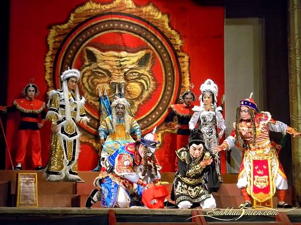 """Một cảnh trong vở tuồng  """"Cánh tay Vương Tá"""" năm 2011 tại Nhà hát Nghệ thuật Hát bội TPHCM"""