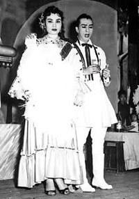 Bích Hợp, đệ nhất đào thương miền Bắc và Huỳnh Thái trên sân khấu Kim Chung – 1950. Ảnh Huỳnh công Minh/diendan.cailuongso.com.