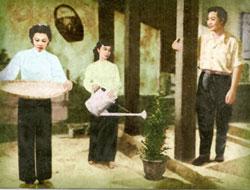 """Một cảnh trong phim """"Kiếp Hoa"""" chiếu ở Sàigòn năm 1958, với nghệ sĩ Kim Chung (trái), Kim Xuân (giữa) và Trần Quang Tứ. Hình: bộ sưu tập của Ngành Mai."""
