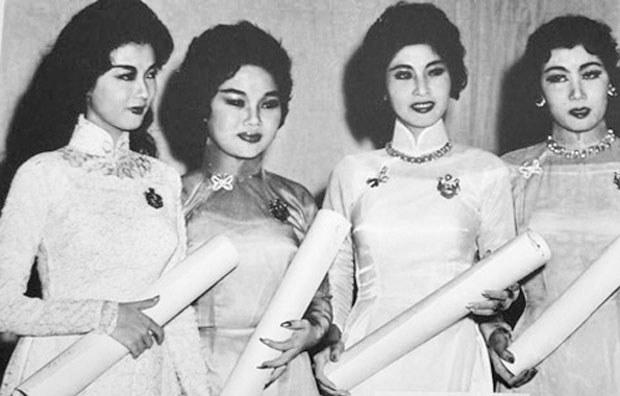 Thanh Nga nhận HCV giải Thanh Tâm năm 1958 , thời điểm cô đạt đỉnh cao danh vọng Từ trái qua: Thanh Nga - Ngọc Giàu - Lan Chi - Bích Sơn