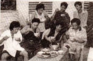 Hình ảnh một bữa ăn cơm hội cải lương của đoàn hát nhỏ.