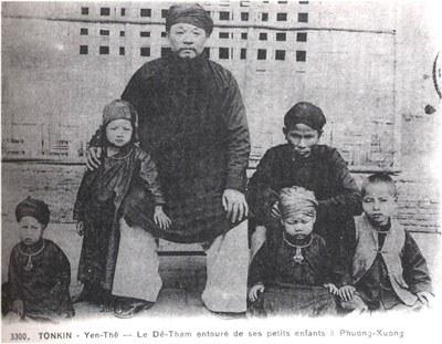 Nhà cách mạng Hoàng Hoa Thám, tức cụ Đề Thám, chụp ảnh bên các cháu của ông. Courtesy wikipedia.