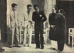 Từ trái sang: Từ Anh, Năm Châu, Tư Út, Phùng Há, Ba Liên trong Tuồng Khúc Oan Vô Lượng, gánh Trần Đắc ở Cần Thơ diễn trên sân khấu khoảng năm 1931. Hình: Ngành Mai sưu tầm.