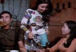 Kiều Chinh và Hùng Cường trong phim Chiếc Bóng Bên Ðường. File photo.