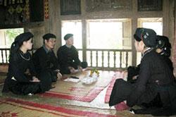 Một lớp dạy hát Phưng Nùng của Người dân tộc Nùng. Photo courtesy of cema.