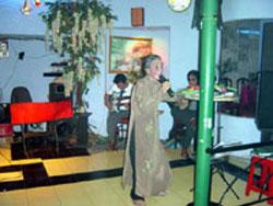 Cô Năm Cần Thơ trong lần hát tại quán của nhạc sĩ Văn Giỏi. File photo.