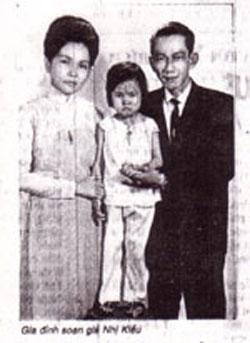 Gia đình Soạn giả Nhị Kiều - Tám Vân. Hình của Soạn giả Nguyễn Phương.
