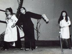 """Soạn giả, nghệ sĩ Bảy Nam (giữa) và nghệ sĩ Kim Cương (phải) trong vở diễn """"Lá sầu riêng"""". File photo."""
