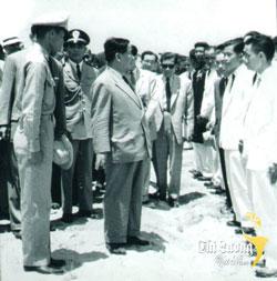 Ông Trần Tấn Quốc (người mang kiếng đen) trong một lần tháp tùng Tổng thống Ngô Đình Diệm. Courtesy cailuongvietnam.