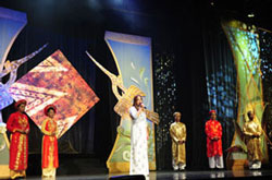 Một cảnh diễn của đoàn nghệ thuật sân khấu Văn Lang. Courtesy Ðoàn NTSK Văn Lang.