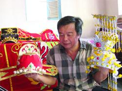 Một nghệ sĩ chăm chút những phục trang cho nền nghệ thuật e rằng đang mai một- photo conhacvietnam.com