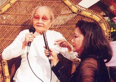 Bà bầu cải lương Bảy Nam cùng con gái Kim Cương tại lễ mừng thọ bà 90 tuổi. Courtesy photo.
